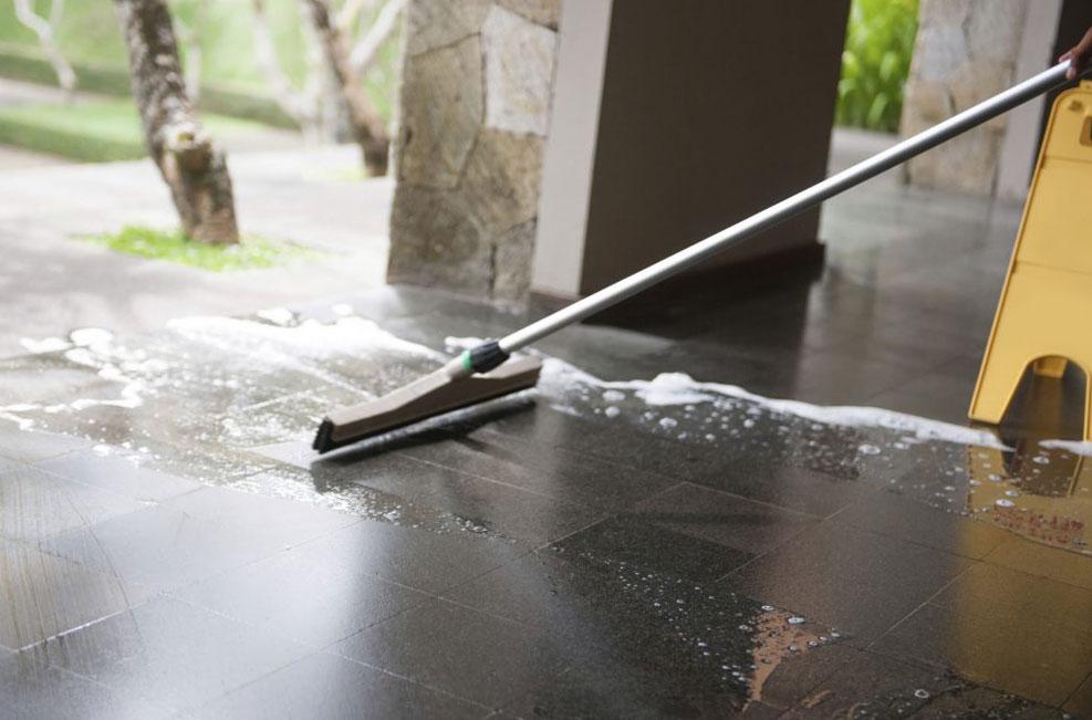 Професионално ръчно почистване на подови настилки