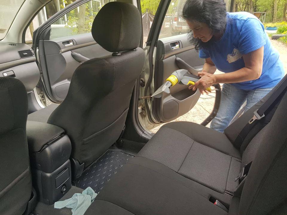 фирма за почистване на автомобил на място