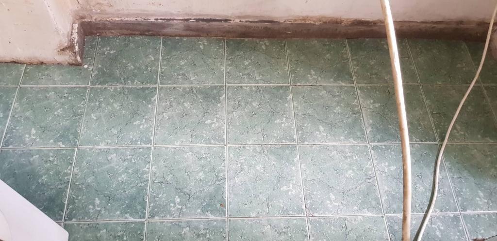 Почистване на под от фаянсови плочки